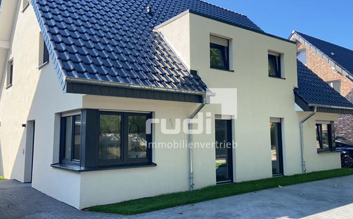 Frontansicht Doppelhaushälfte in Lippstadt / Lipperbruch mit je zwei Wohnungen