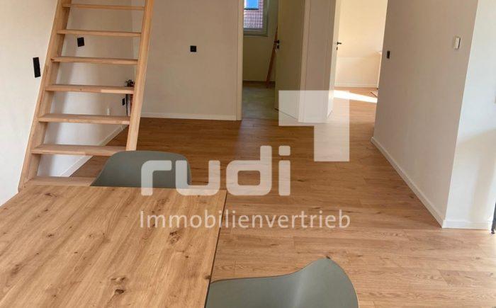 Wohraum mit Treppenaufgang – Maisonette-Wohnung in Lippstadt / Lipperbruch