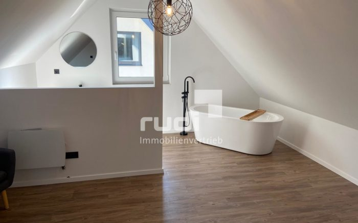 Schlafzimmer mit integriertem Bad in Maisonette-Wohnung in Lippstadt